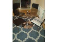 Dining table, Glass. Very good condition comes with chaires.
