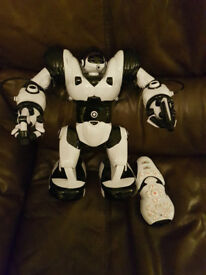 Robosapien toy robot remote controlled - batteries not included