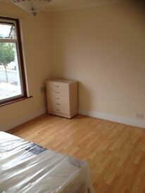 2 X LARGE DOUBLE ROOMS TO RENT IN ILFORD! 1 LARGE DOUBLE AND 1 MASTER ROOM. CLOSE TO ILFORD STATION!