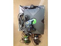 Xbox original console in excellent condition, with original cables and three controllers