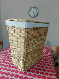 Wicker laundry basket with lining