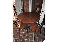 Beautiful dining table and 4 matching chairs in very good condition