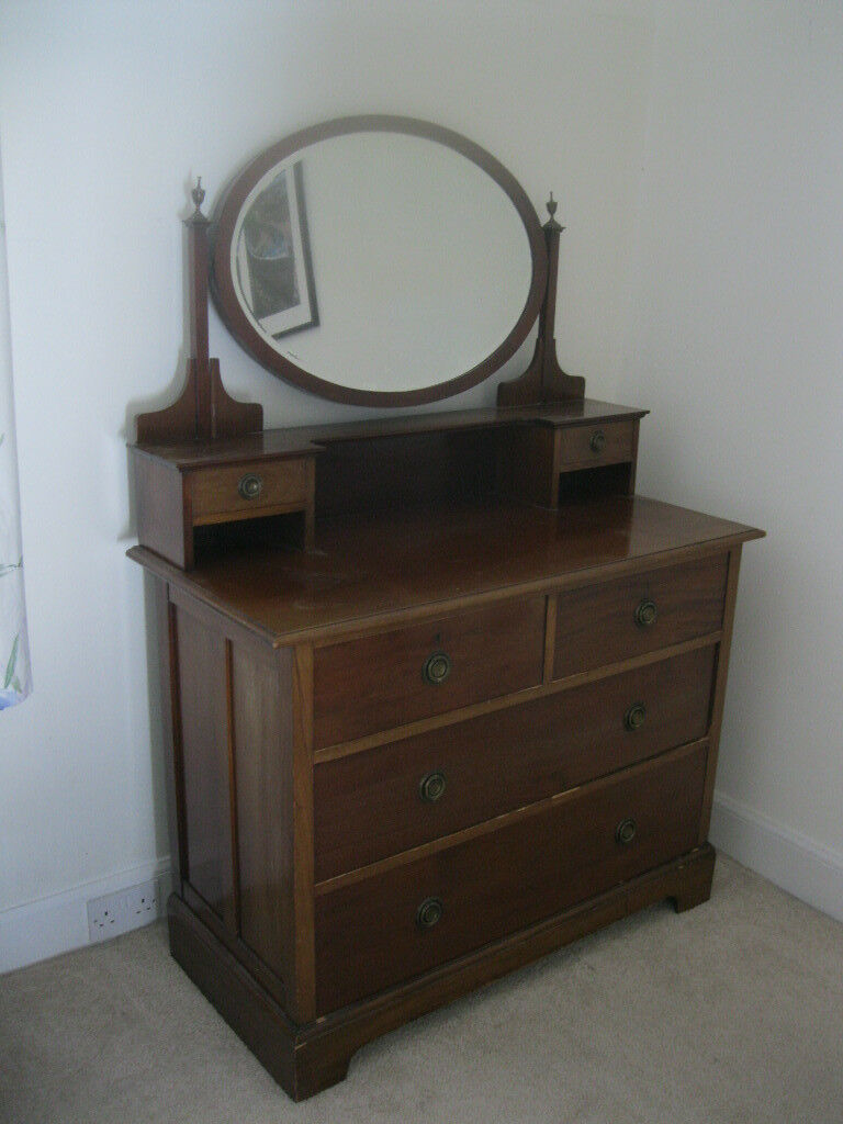Lovely old chest of drawers with mirror. in good condition.