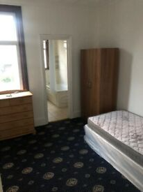 A LOVELY ENSUITE ROOM IS AVAILABLE TO LET ON MORTLAKE ROAD, ILFORD LANE