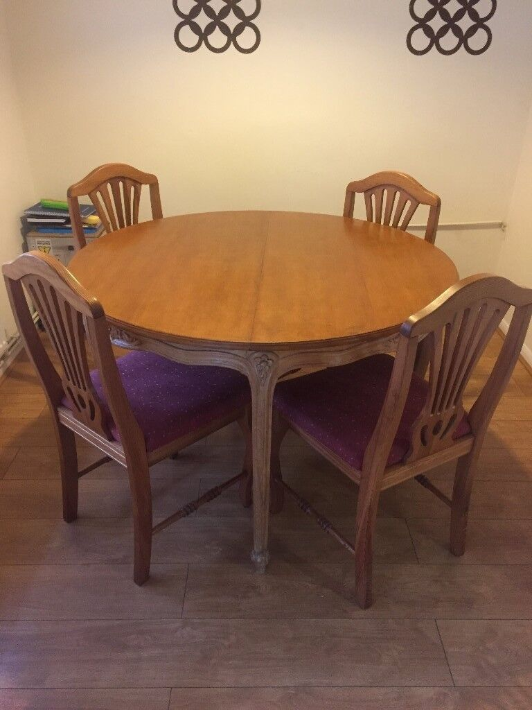Elegant round dining table (extendable)
