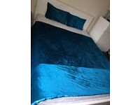 Teal bedspread & matching pillows set