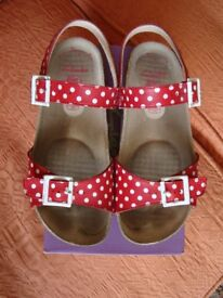 GIRLS CLARKS VOLKIN ICE JNR SANDALS SIZE 2.5F in RED POLKA DOT LEATHER.