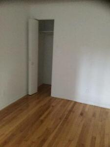 ONE MONTH FREE RENT ,  RENOVATED 4 1/2, AVAILABLE IMMEDIATELY