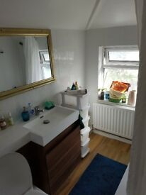 A lovely double room and a single room to let in 3 bed house located in a cul de sac street.