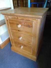 Solid pine chest of 3 drawers