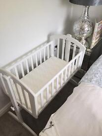 O BABY Swing Crib White With Deluxe Quilted Foam Mattress. Excellent Condition