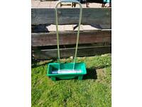 Lawn/fertiliser spreader