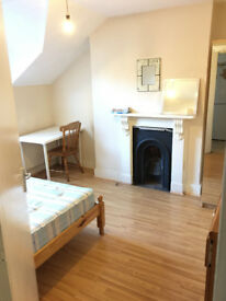 Two double rooms 5min walk to Clapham Junction Station, You should see Them