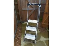 Step ladder with adjustable handle