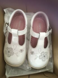 Smart-rite White T-Bar shoes size 5F