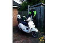 Vespa GTS 300ie white including helmet, coat and teflon trousers