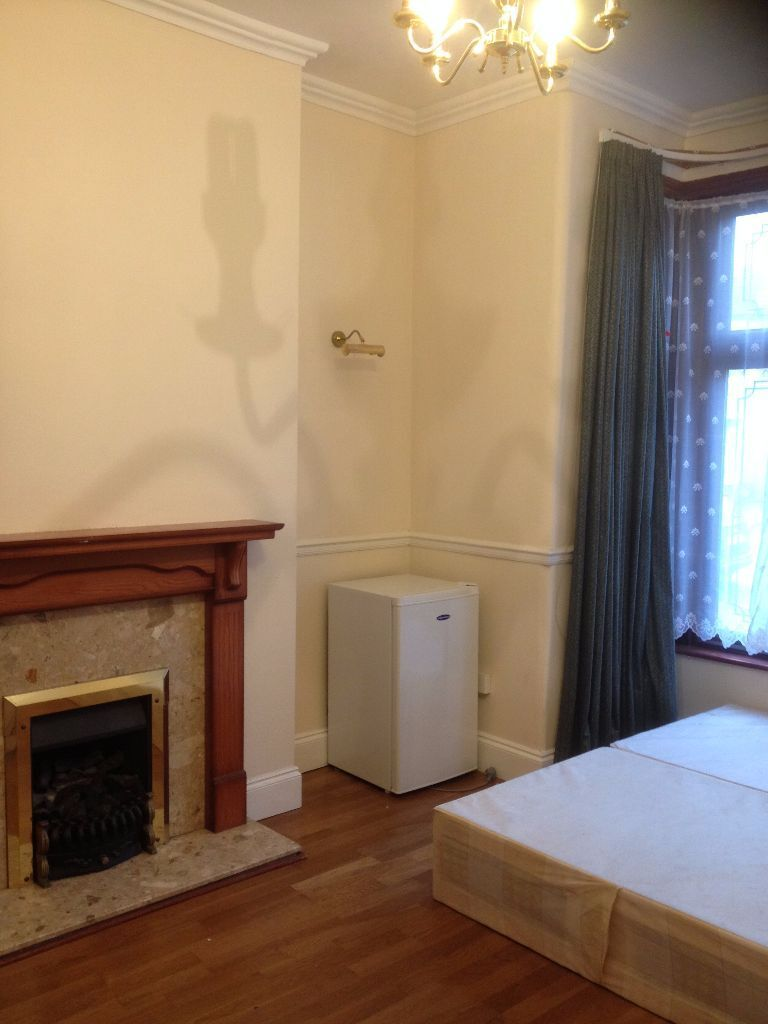 LARGE DOUBLE ROOM TO RENT IN ILFORD! NEAR VALENTINES PARK, OFF THE DRIVE!! 5 MINS BUS TO GANTS HILL