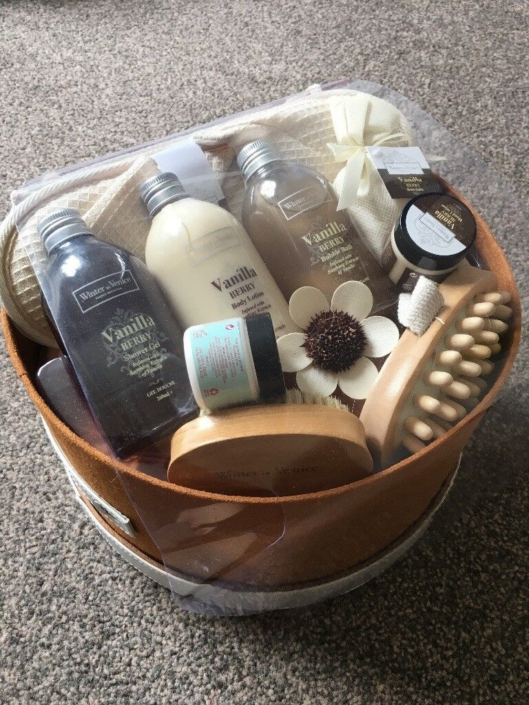 WINTER IN VENICE 'VANILLA BERRY' PAMPERING BOX. Brand New. Great gift or treat yourself.