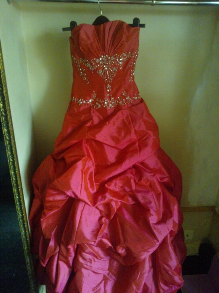 Prom dress dresses ball gownin Solihull, West MidlandsGumtree - Prom Dress / Ball gown size 8 A beautiful and in excellent condition prom dress cerise in colour with a beaded bodice. Dress Fully lined. 2 x layers / tiers of netting fabric under skirt ( loads of material ). Strapless / sweetheart. Design style...