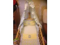 Swinging crib with 2x bedding sets, mattress and canopy