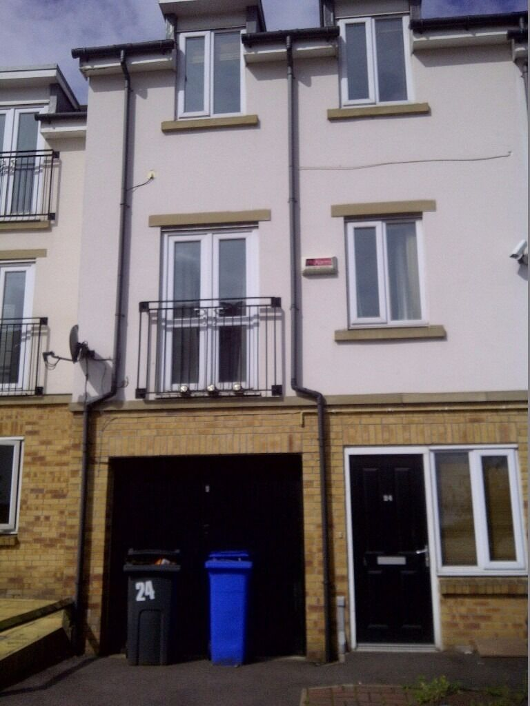 ***NEW BUILD-5 BEDROOM TOWN HOUSE-3 BATHROOMS, CROOKES