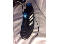 Adidas traxion astroturf boots size 9.5 specifically for artificial surfaces. Short blades size 9.5