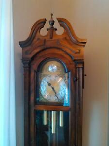 ANTIQUE GRANDFATHER CLOCK IN EXCELLENT CONDITION Windsor Region Ontario image 10