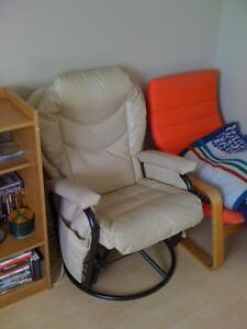 Nouveaux chaise en cuir, inclinable/bercant, parfait condition