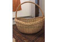 Vintage Wicker grocery/picnic basket in very good condition
