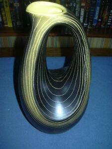 ANCIENNE CRUCHE PICHET CERAMIQUE SAINT CLEMENT LORAINE LUNEVILLE 50's 60's - France - ANCIENNE CRUCHE PICHET CERAMIQUE SAINT CLEMENT LORAINE LUNEVILLE 50's 60's trs joli vase de la faïencerie de St Clément hauteur 30 cm poids 1,100 kg , décor a lignes , zébrures jaunes sur fond noirbel état d'usage , pas de fle ni égrenuresi - France