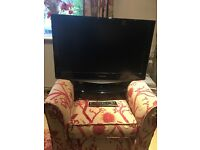 Samsung 32 inch Flat screen TV with stand and remote