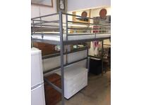 Svarta loft bed with mattress