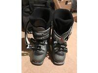 Ski boots (Brand: Salomon, UK Size: 4.5, good condition)
