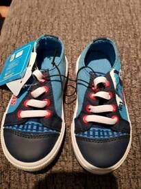 Boys shoes size 5 (new)