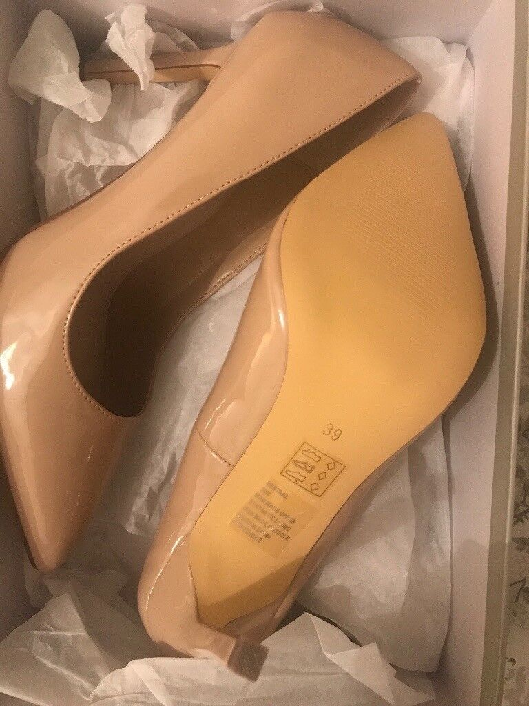 Brand new Carvella courts nude, size 6