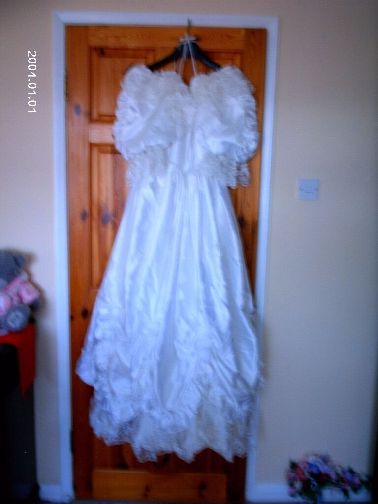 WEDDING DRESS AND VEIL SIZE 10 TO 122 BRIDESMAID DRESSin Norwich, NorfolkGumtree - WEDDING DRESS AND VEIL SIZE 10 TO 12 IN SILK WITH UNDER SKIRT WITH SMALL WHITE ROSES ON THE DRESS AND VEIL WITH HEAD PEICE 2 BRIDESMAID DRESS ONE TURQUOISE AND ONE NOT IN PHOTO IS GREEN SILK WITH HEAD BARD AND FLOWERS TO MATCH SORRY PHOTO DOSE NOT...