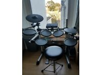 Yamaha Dtx 500 (Great condition) with extra cymbal pad and accessories.
