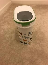 Curver pet food container holds 4kg