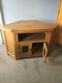Excellent solid oak TV stand. Excellent condition