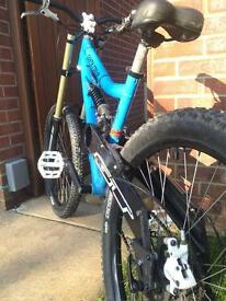 "19"" Santa Cruz Super 8 00' full suspension downhill mountain bike"