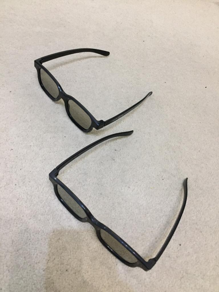 3D glasses (2 pairs)
