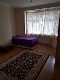 2 Twin/double/triple room 3-5 min Finsbury Park, close to: Arsenal,Kings Cross,Camden town,Holloway