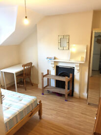 Double room by Clapham Junction Station, close to All Facilities in a House,