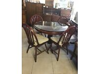 Round dinning table with 4 Chairs - Excellent Condition