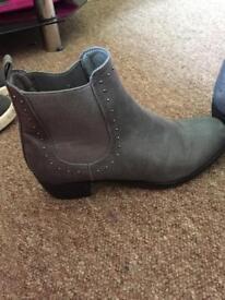 Low heel women's boots size 7