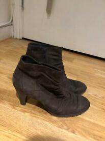 Brown suade boots size 7 (Like New)