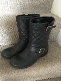 Ladies boots size 6