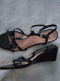 LADIES FIORE BLACK SHINY WEDGE HEEL STRAPPY. SANDALS size 6