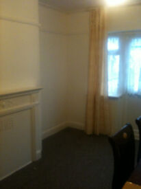 LARGE DOUBLE ROOM IN CLEAN PRIVATE HOUSE CLOSE TO JUBILEE LINE ZONE 3 PRICE REDUCED NO DEPOSIT