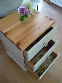 LOVELY REFURBISHED PINE BEDSIDE CABINET / TABLE / CHEST OF DRAWERS